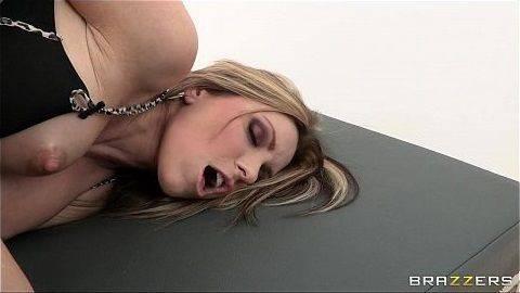Loira do peito durinho dando o cuzinho apertado