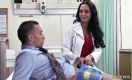 Médica coroa chupando pau de 30cm e fazendo sexo anal