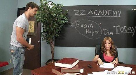 Bonitão no sexo anal com a Alexa Nicole na sala de aula