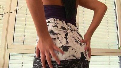 Morena putona batendo siririca na frente da câmera