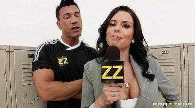Porno entrevistadora na suruba com jogadores de futebol