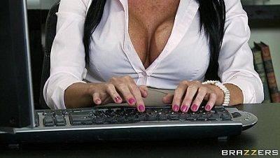 Sexo lésbico entre secretárias no trabalho