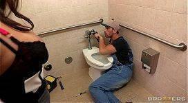 Encanador fudendo a gostosa safada no banheiro