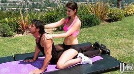 Gostosa fazendo massagem no pau com a buceta e a boca