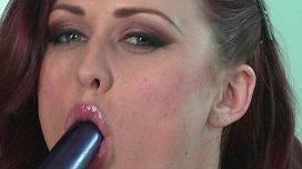 Karlie Montana novinha linda metendo o vibrador na buceta