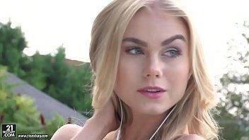 Linda modelo loira fudendo no site de sexo