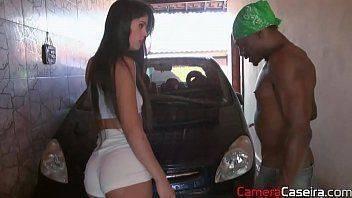 Porno doido com safada lavando carro