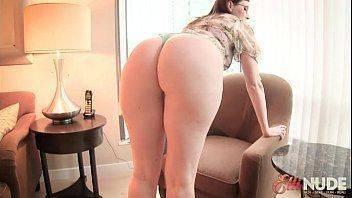 Secretária tirando a roupa