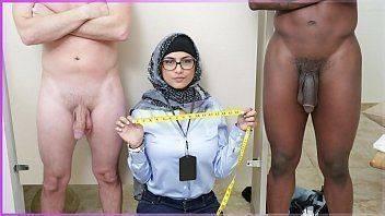 Gostosa medindo tamanho do pênis