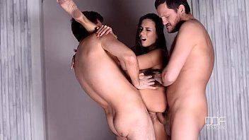 Mulher transando em dupla penetração com dois homens