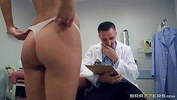 Xnxx celular do médico comendo uma magrinha