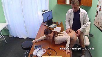 Mulher nua dando ao médico no consultório