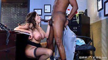 Sexo massagem entre morena peituda e negro dotado