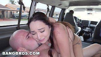 Comendo a priminha no carro