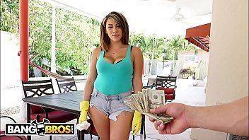 Filme de sexo explicito oferecendo dinheiro extra para empregada