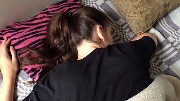 Mulher safada dando a buceta deitada