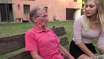 Gonzoxxx novinha fode com um velho desconhecido