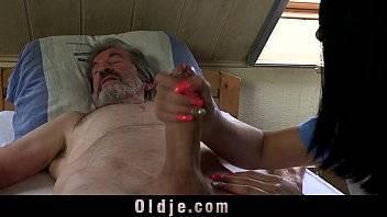Porno xxx velho comendo a empregada novinha de 18 aninhos