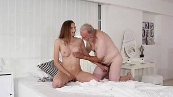 Velho porno comendo a deliciosa novinha
