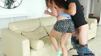 X porno maluco obrigando sua irmã a dar a buceta novinha