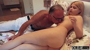 Xvideos netinha loira adora o pau duro do seu avô safado
